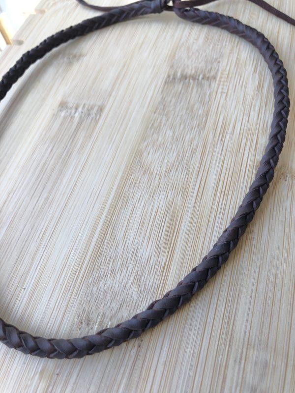 collar trenzado de cuero de 6 cuerdas, de cerca